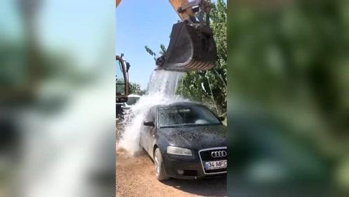 挖掘机师傅闲着没事给老板洗车,奥迪车洗的真干净!