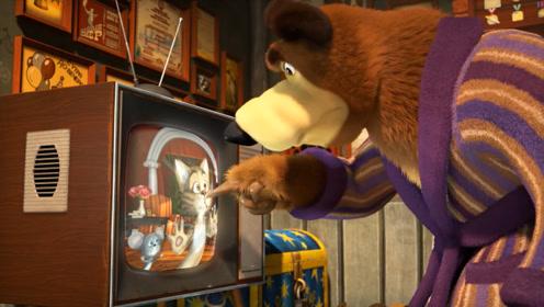 猫咪追赶老鼠时,竟然掉进了电视机里,上演了一场猫捉老鼠大战!