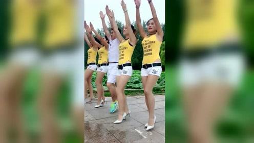 四姐妹带一小伙跳广场舞,夹在中间真让人羡慕