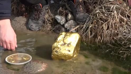 小伙在河边发现金块,越挖越不对劲,接下来男子不淡定了