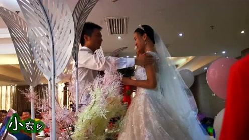 小农乡:来自农村的父母,来城里参加女儿的婚礼,新娘真的很美!
