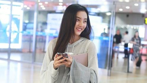 宋祖儿青春少女现身机场, 秀发披肩显灵动气质