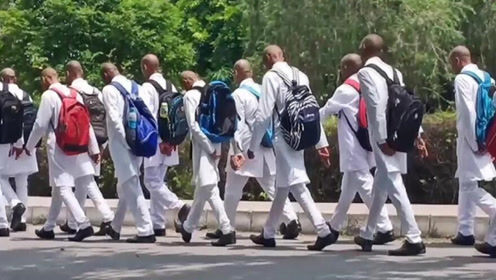"""愤怒!印度150名大一新生被迫剃光头 向高年级学生""""致敬"""""""