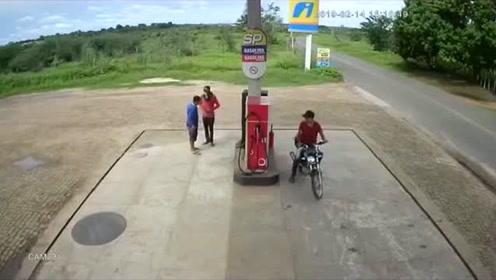 够霸气,加油站工作人员被打劫,假装回屋拿钱直接掏刀,贼吓跑