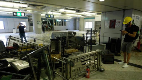 香港地铁站暴徒又闹事!港铁列车长痛心呼吁:香港不能乱下去了