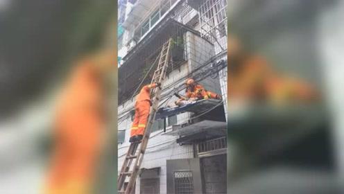 浙江一男子从七楼坠落 雨棚和电线救他一命