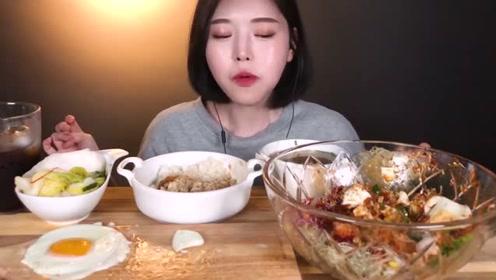 韩国女吃货,吃拌饭、煎蛋、泡菜,吃得美滋滋,我突然饿了
