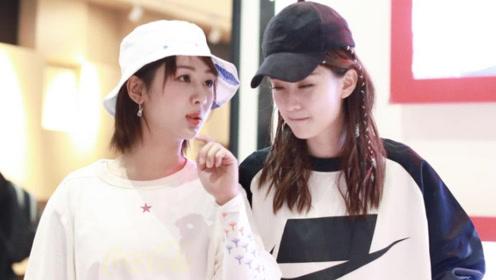 杨紫和乔欣机场偶遇 姐妹开心交谈  这次杨紫的小短腿超可爱