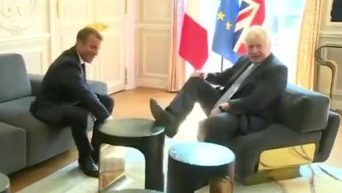 """约翰逊拜会马克龙,席间将脚踩在桌上遭英国网友狠批""""粗鲁"""""""