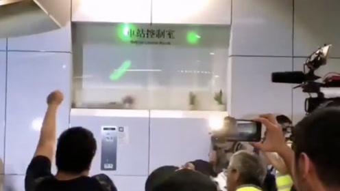 """""""黑衣暴徒""""昨晚大闹葵芳站 香港高院批准港铁临时禁制令"""