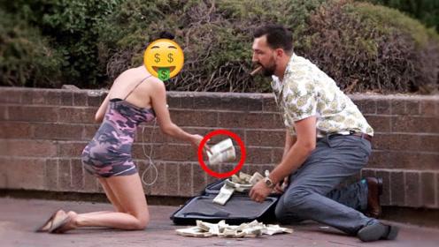 老外用100万现金做实验,故意掉在路上,不料女子暴露本性!