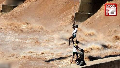 全程实拍!印度空军直升机吊起被困洪水的渔民 比大片更惊险