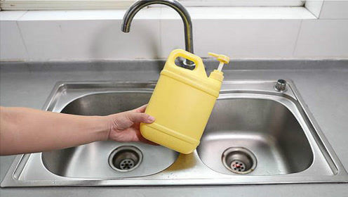 洗洁精用完,洗洁精瓶别扔掉,放在厨房洗碗池旁,家人看了都夸好