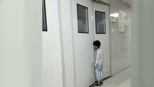 贵州宝妈生二胎,6岁大儿子产房门缝守护,网友:实在是太感人了