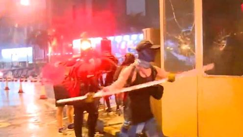 红隧收费站遭激进示威者围攻:设路障阻交通砸收费亭破坏信号灯