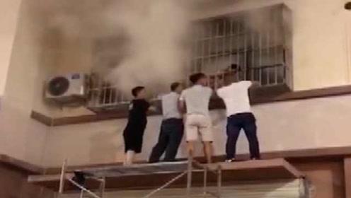 中国好邻居!民房失火冒浓烟,一群邻居搭梯砸窗救出祖孙2人