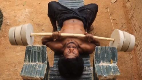国外牛人野外自制健身房锻炼起了腹肌,这波操不服不行