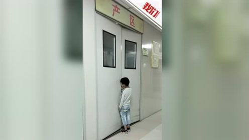 最暖背影:二胎出生被抱出 6岁儿子扒门缝上继续守产房里的妈妈