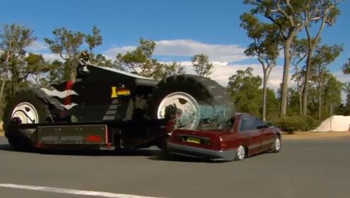 """这辆摩托车""""疯了"""",不仅撞小轿车,还把汽车给碾碎了!"""