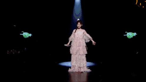 洪一诺仙女裙上热搜 白色仙女裙站在水晶舞台