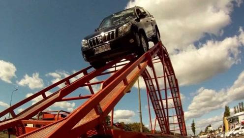为啥越野人人爱丰田?老外开车挑战9米过山车,这凭啥不喜欢?