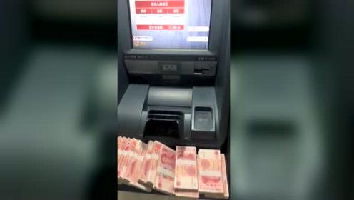 银行下班了只能到ATM机上存钱,也没人替我干会儿活