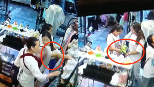 """监拍:云南3女子商场内""""打配合""""偷衣服,动作迅速配合默契"""