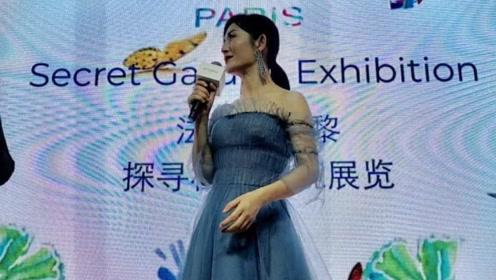 谢娜穿小蓝裙现身显仙气,貌美肤白少女感满满,手却很真实
