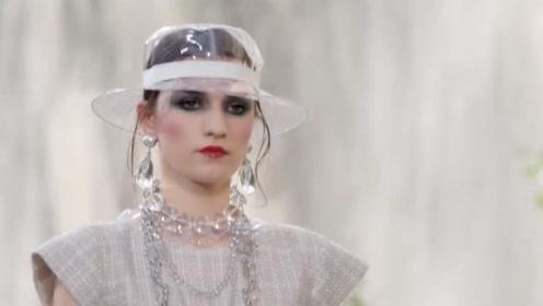 香奈儿模特戴着透明塑料帽子走秀,是怕瀑布的水打湿头发吗?