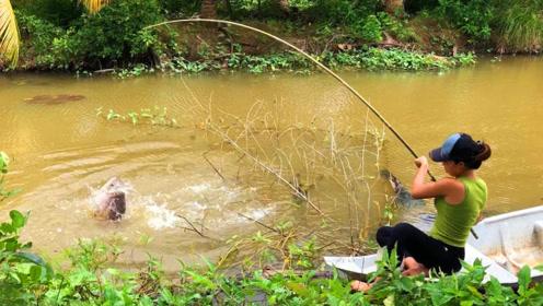 农村女孩钓了一条好大的鱼啊,这是罗非鱼吗,真是难以置信啊
