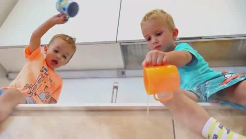 萌娃们可真是会玩呢!两个小家伙临危不乱,真是棒棒哒!