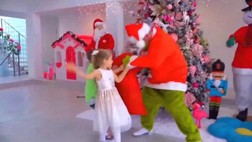 怪蜀黍假扮圣诞老人拿小家伙们的礼物,被抓了吧,该打!