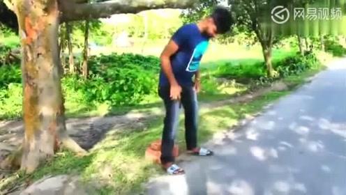 """乡村搞笑:2人使出""""吃奶的劲""""都没劈断砖头,男子竟轻易弄断了"""