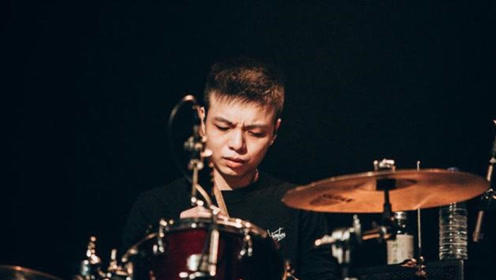 乐队茄子蛋前鼓手小赖涉嫌持毒 遭警方盘查被捕