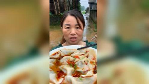农村阿姨自己包的水饺,配上辣椒油,吃起来太过瘾了
