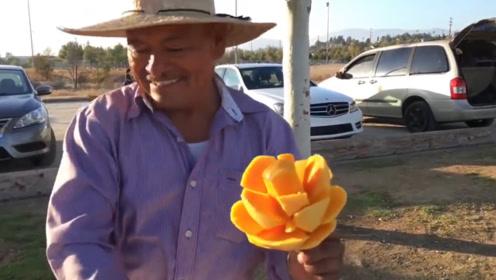 大叔练废100个芒果学雕花技术,雕上一个卖8块,大把人抢着买