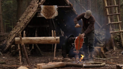 丛林露营,搭建庇护所生堆篝火烤鱼吃,这种生活真让人羡慕!