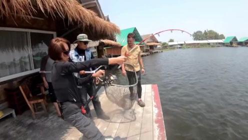 女子独自钓几十斤的大鱼,拼的就是耐力,让人大开眼界