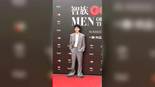走路带风的男子刘昊然,红毯上欢脱到不行,昊然弟弟这是肿么了。
