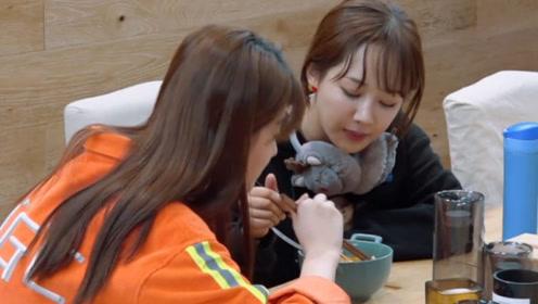 杨紫和乔欣晚上偷吃泡面加肉,杨紫:吃了这顿饭,减肥只字不提!