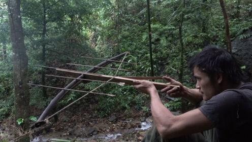 丛林生存,小伙自制狩猎工具,荒野求生重要技能