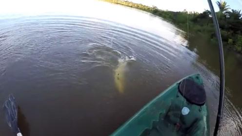 折腾了半天,钓到一条大怪鱼,长着一口大尖牙