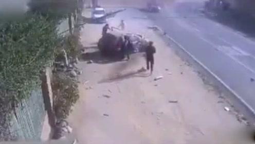 智利一男子酒后驾车撞上餐厅墙壁 行人奇迹般死里逃生