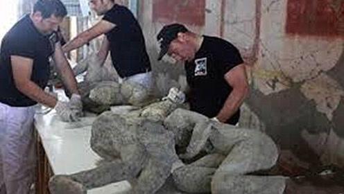 情侣被火山吞没,相拥2000年在地下成化石,出土后感动众人