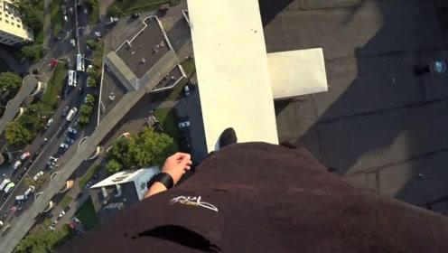 跑酷爱好者从楼顶跳下,没想到被电线绊住,镜头拍下全程!