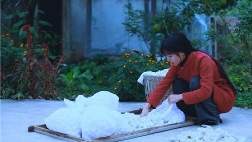 天气转凉了,山村姑娘为奶奶制作真蚕丝被,外面一万元都买不到