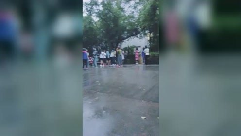 监拍四川内江地震瞬间:房屋剧烈晃动 高校学生宿舍外扎堆避险