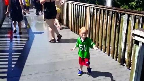 说好的只是围观加个油,小娃却瞬间被巨浪拍懵,吓得边哭边跑