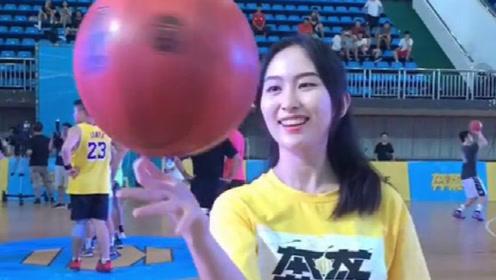 看着文质彬彬的女大学生,玩起篮球来,真是酷毙了