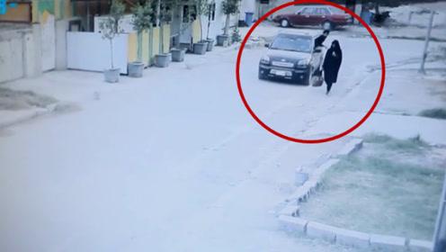 女子独自走在路上,谁知遇上两名劫匪,结果剧情真是大反转